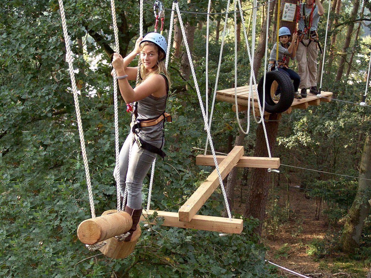 viel Spaß in luftiger Höhe im Kletterwald